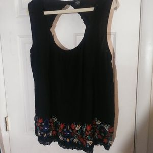 Embroderd keyhole back tank top